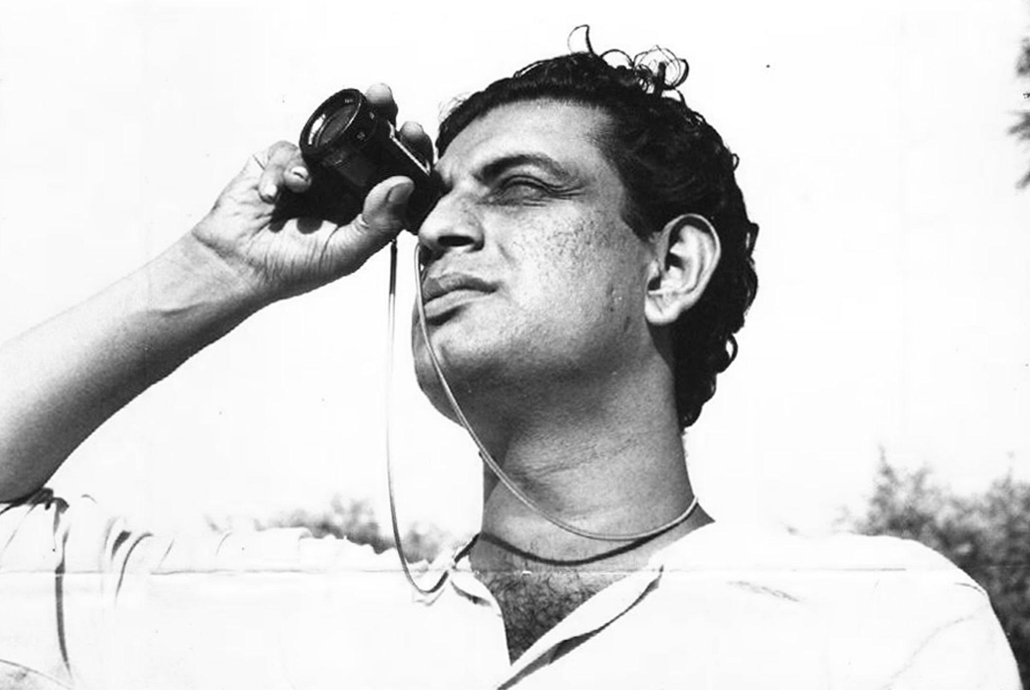 7 Art Cinema | Satyajit Ray | 1955 : La Complainte du sentier (Pather Panchali), 1956 : L'Invaincu (Aparajito), 1958 : La Pierre philosophale (Parash Pathar), 1959 : Le Salon de musique (Jalsaghar), 1959 : Le Monde d'Apu (Apur Sansar), 1960 : La Déesse (Devi), 1961 : Rabindranath Tagore (documentaire), 1961 : Trois Filles (Teen Kanya), 1962 : L'Expédition (Abhijaan), 1963 : La Grande Ville (Mahanagar), 1964 : Charulata, 1965 : Two (court-métrage), 1965 : Le Saint (Mahapurush), 1965 : Le Lâche (Kapurush), 1966 : Le Héros (Nayak), 1966 : Kanchenjungha, 1967 : Le Zoo (Chiriyakhana), 1969 : Les Aventures de Goopy et Bagha (Goopy Gyne Bagha Byne), 1970 : Des jours et des nuits dans la fort (Aranyer Din Ratri), 1971 : Sikkim (documentaire), 1971 : L'Adversaire (Pratidwandi), 1972 : The Inner Eye (documentaire), 1973 : Tonnerres lointains (Ashani Sanket), 1974 : Company Limited (Seemabaddha), 1974 : La Forteresse d'or (Sonar Kella), 1976 : Bala, 1976 : Jana Aranya, 1977 : Les Joueurs d'échecs (Shatranj Ke Khilari), 1979 : Le Dieu Eléphant (Joi Baba Felunath), 1980 : Le Royaume des diamants (Heerak Rajar Deshe), 1981 : Pikoor Diary (court-métrage), 1984 : Délivrance (Sadgati) (tlfilm), 1984 : La Maison et le Monde (Ghare Baire), 1987 : Sukumar Ray (documentaire), 1990 : Un ennemi du peuple (Ganashatru), 1990 : Les Branches de l'arbre (Shakha Proshakha), 1991 : Le Visiteur (Agantuk) | Realisateur, Ecrivain et Compositeur indien bengali | Photographie